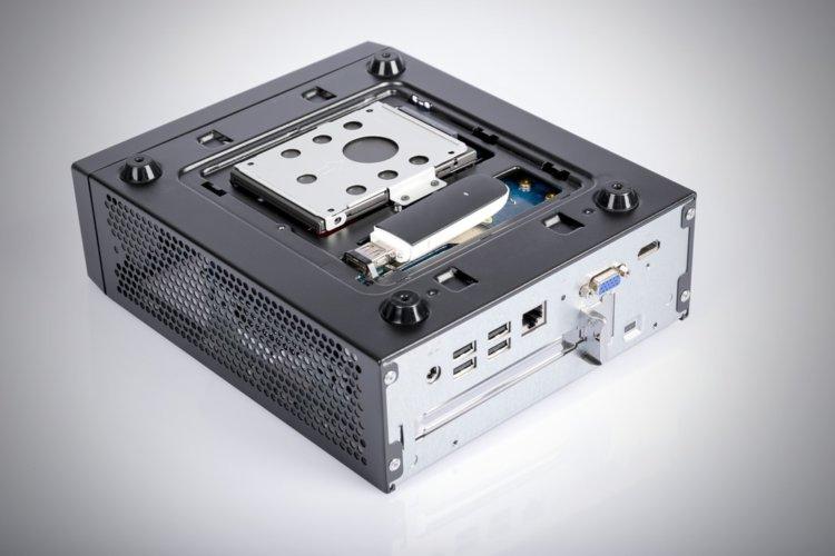 """La trappe du dessous ou se cache un disque dur 2.5"""" et une clé USB 2.0"""