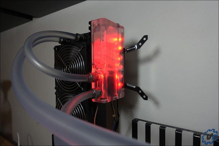 Le réservoir R160 illuminé en rouge via le RGB de la carte mère Asus.