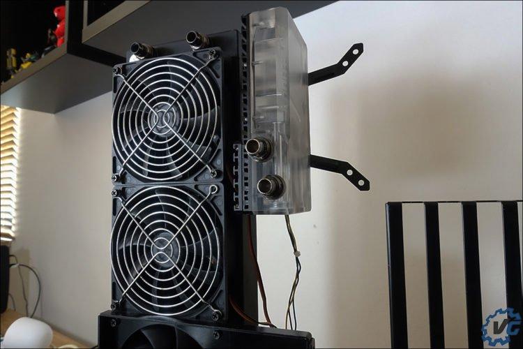 Le réservoir R160 installé sur le radiateur EK Colstream.