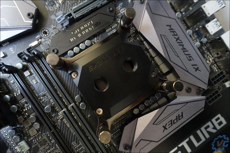 Le waterblock C350ip prêt à être branché au circuit liquide.