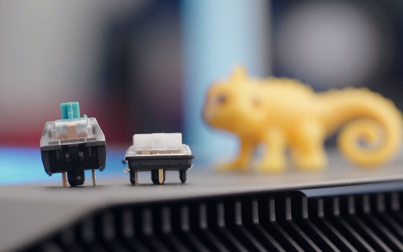 comparaison de hauteur entre un switch mécanique normal et un bas de profil