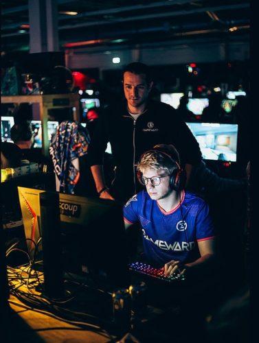 Exemple d'un professionnel de l'e-sport aidant un jeune joueur